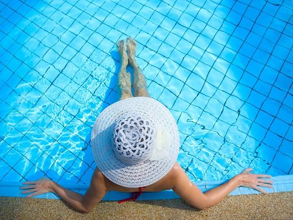 Девушка в бассейне фото | скачать.